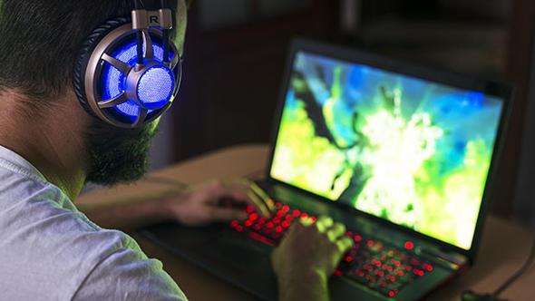 aralıksız oyun oynayan genç bilgisayar oyunu